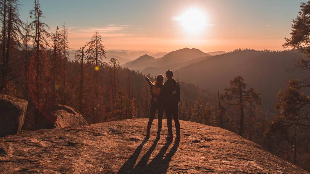 pár hegyek közt naplementében