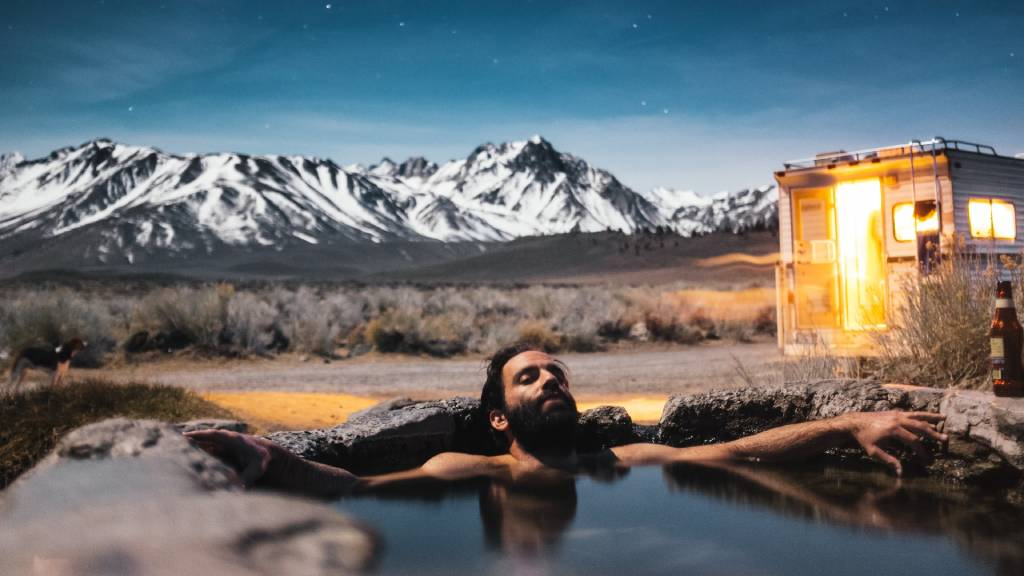 este forrásban fürdő ellazult férfi