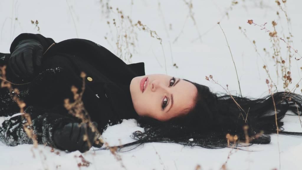 hóban fekvő nő feketében