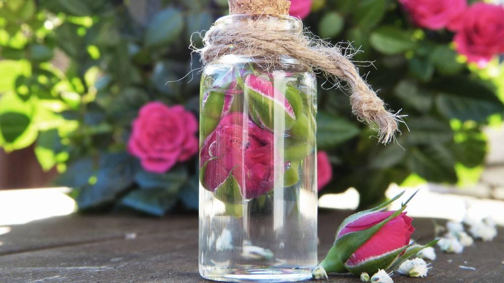 rózsavíz üvegben rózsákkal