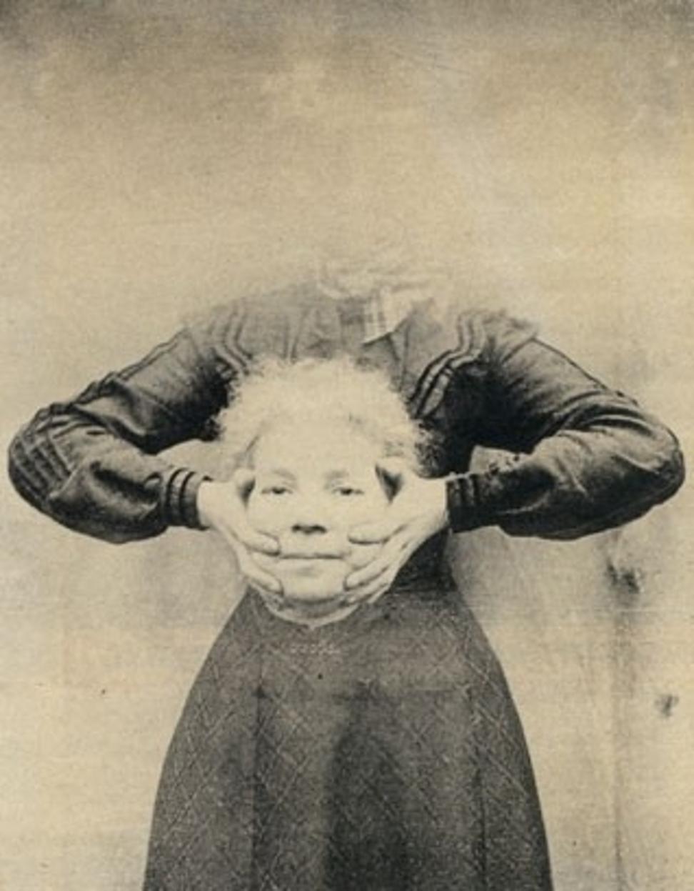 Hölgy a saját fejével a kezében (fotó: Wikipedia)