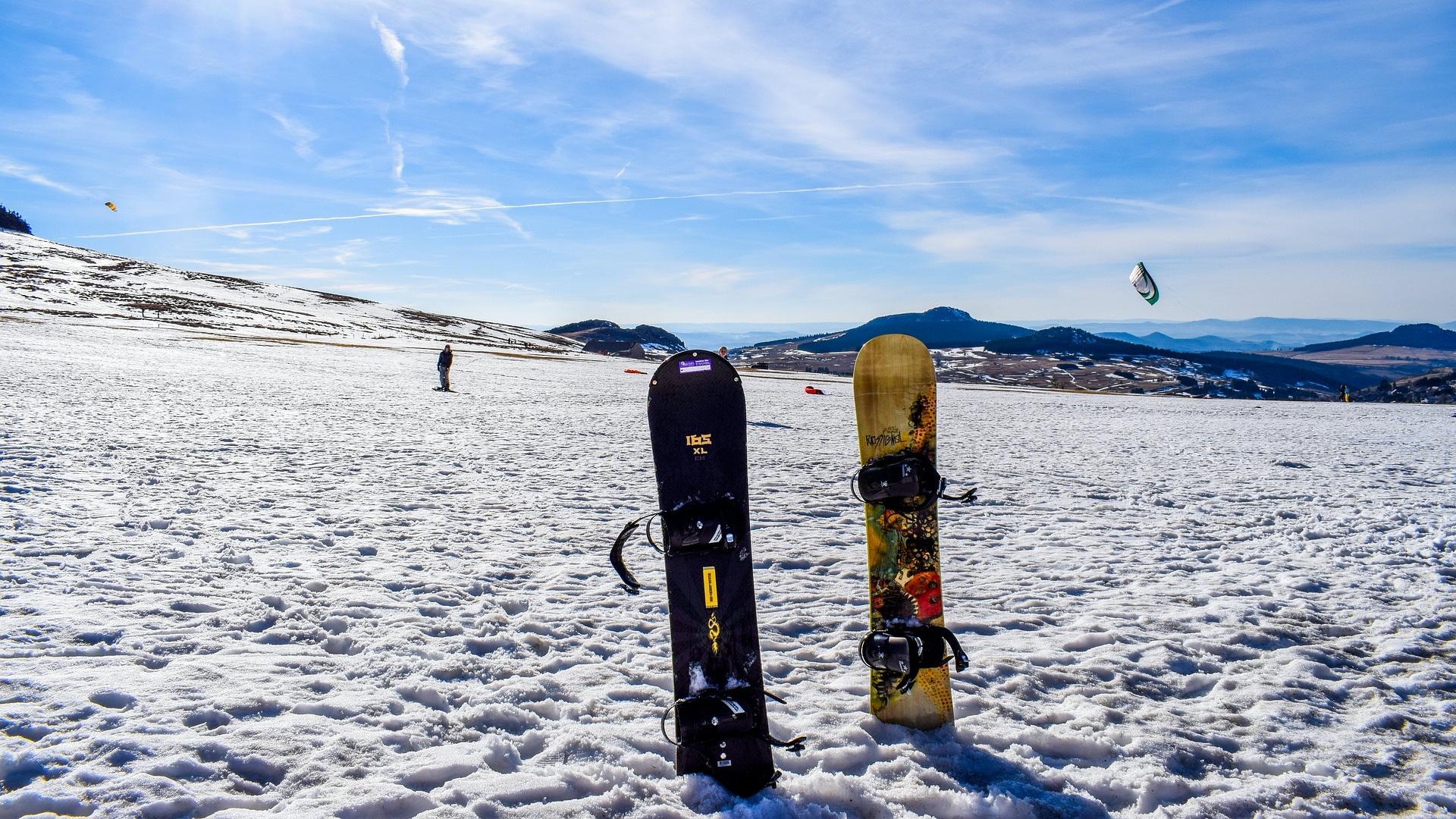 Snowboardok beszúrva a hóba