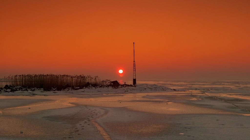 Naplemente a jeges Balatonnál (fotó: Pixabay)