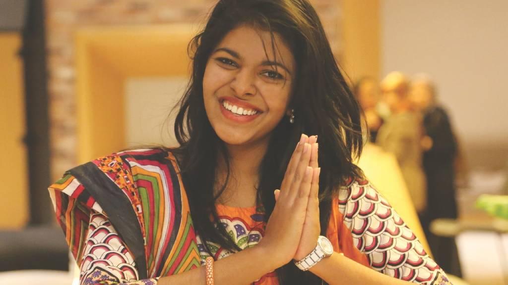 indiai nő száriban hálát ad tenyereit összetéve