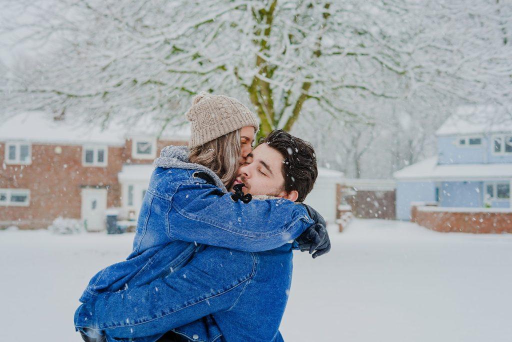 ölelkező pár havas tájban