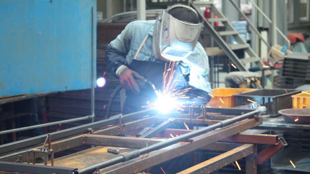 Gyári hegesztőmunkás (fotó: Pixabay)
