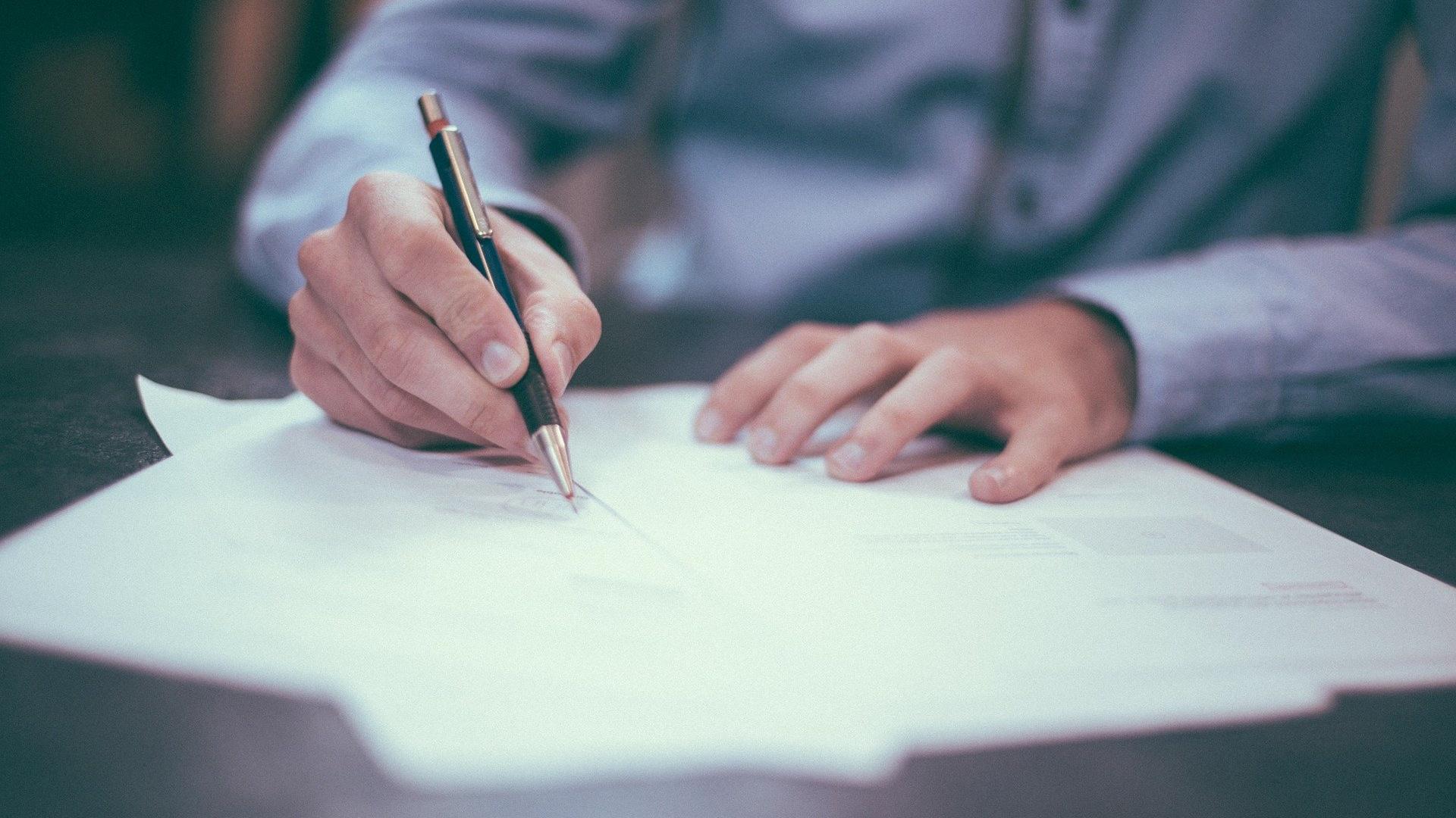 Dokumentumot aláíró férfi