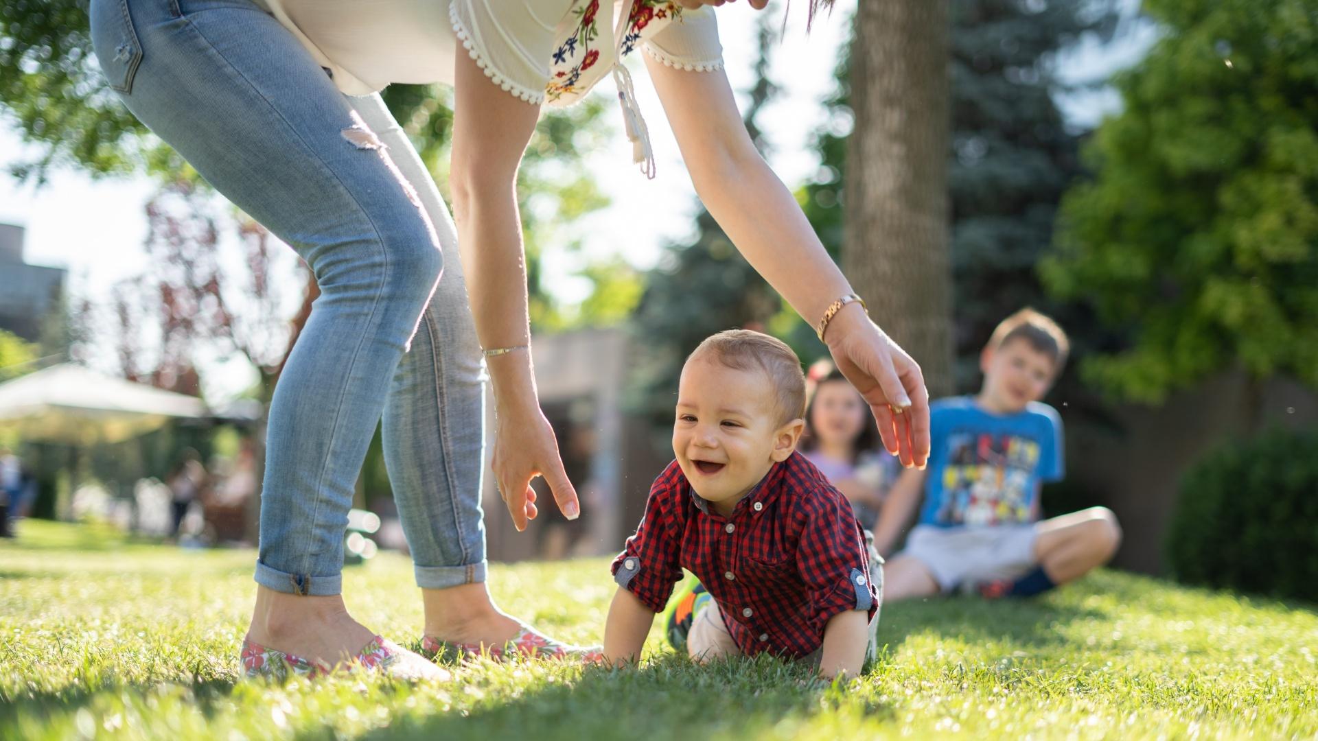 Anya játszik a gyerekekkel a szabadban