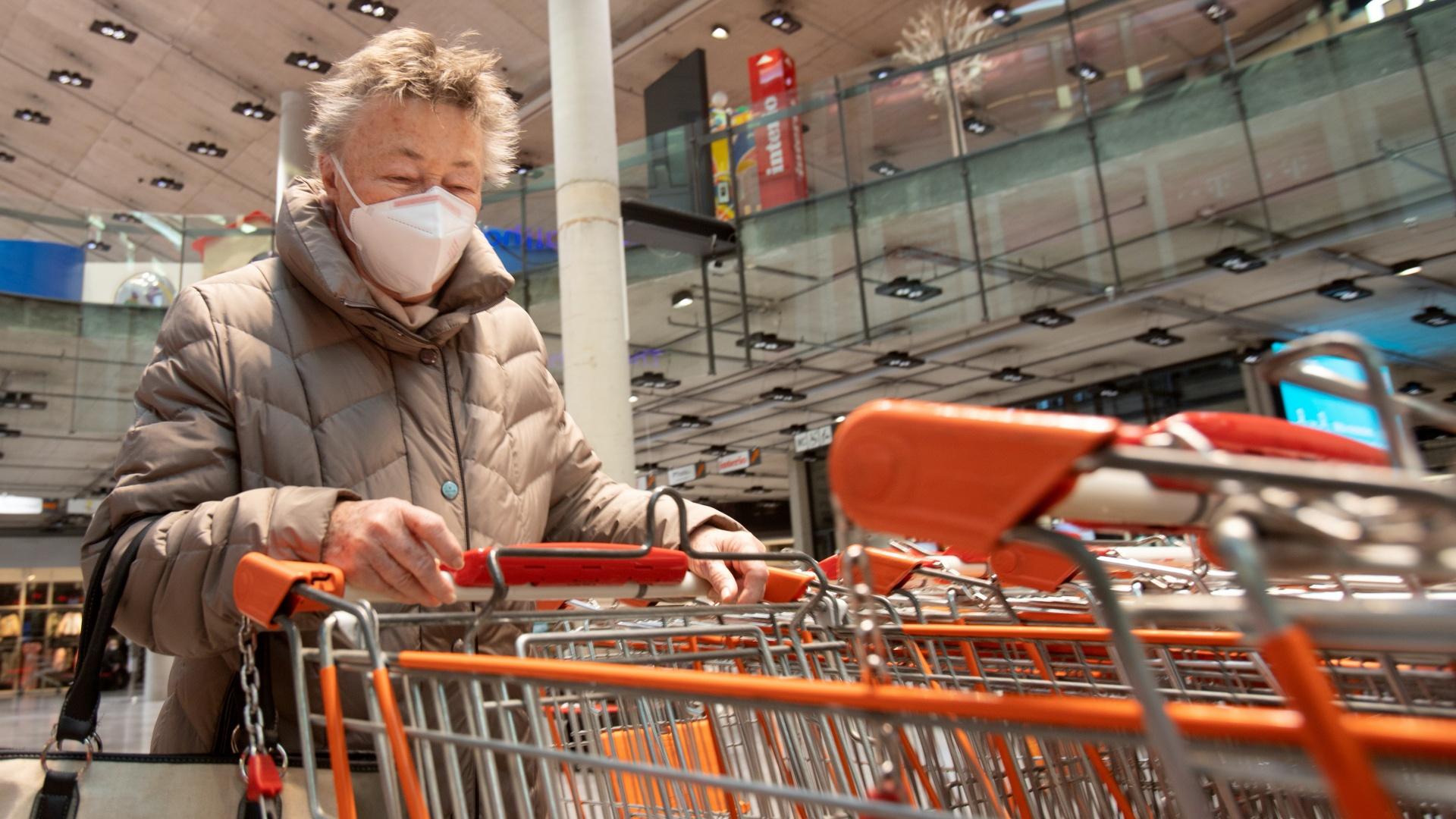 Egy osztrák nő maszkban egy üzletben