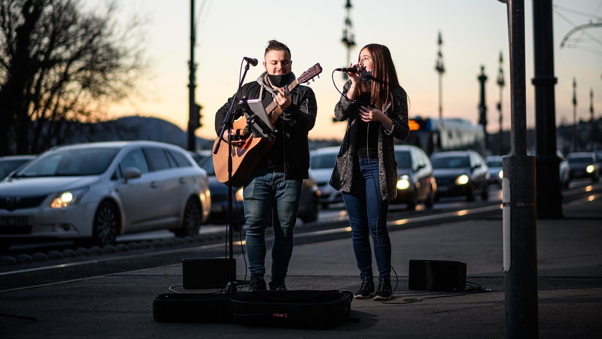 Jimmy és Nika, az utcazenész pár