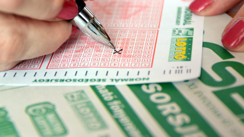 Egy fogadó egy szelvényt tölt ki egy lottózóban.