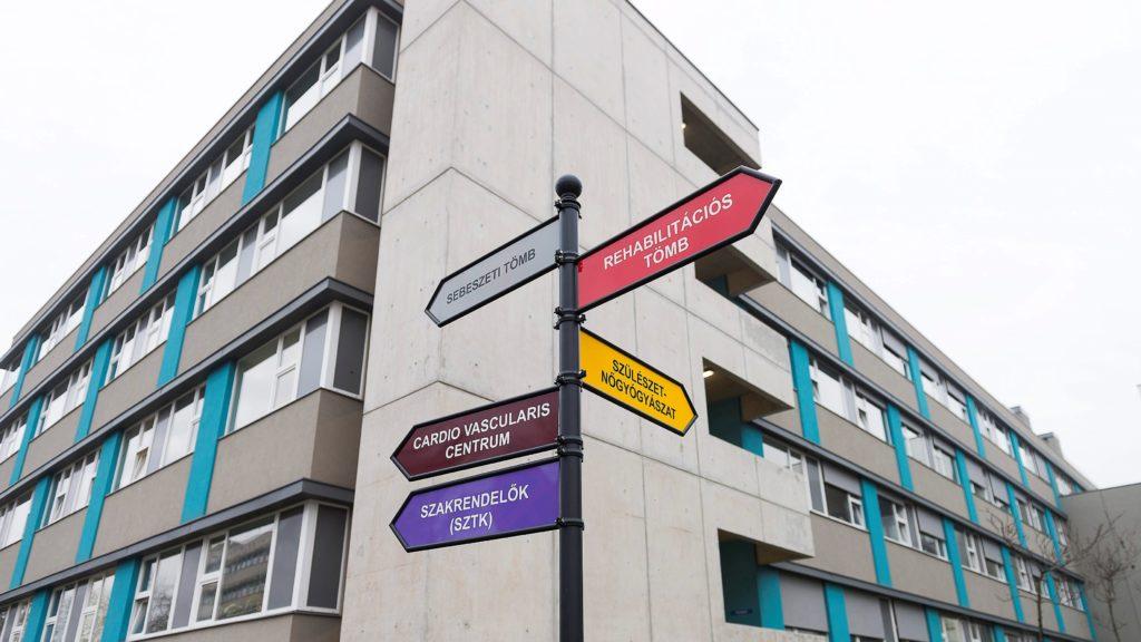 Útbaigazító táblák a Jósa András Oktatókórház tömbkórházában Nyíregyházán, a beruházási projekt zárórendezvénye napján, 2015. december 15-én. (Fotó: MTI/ Balázs Attila)