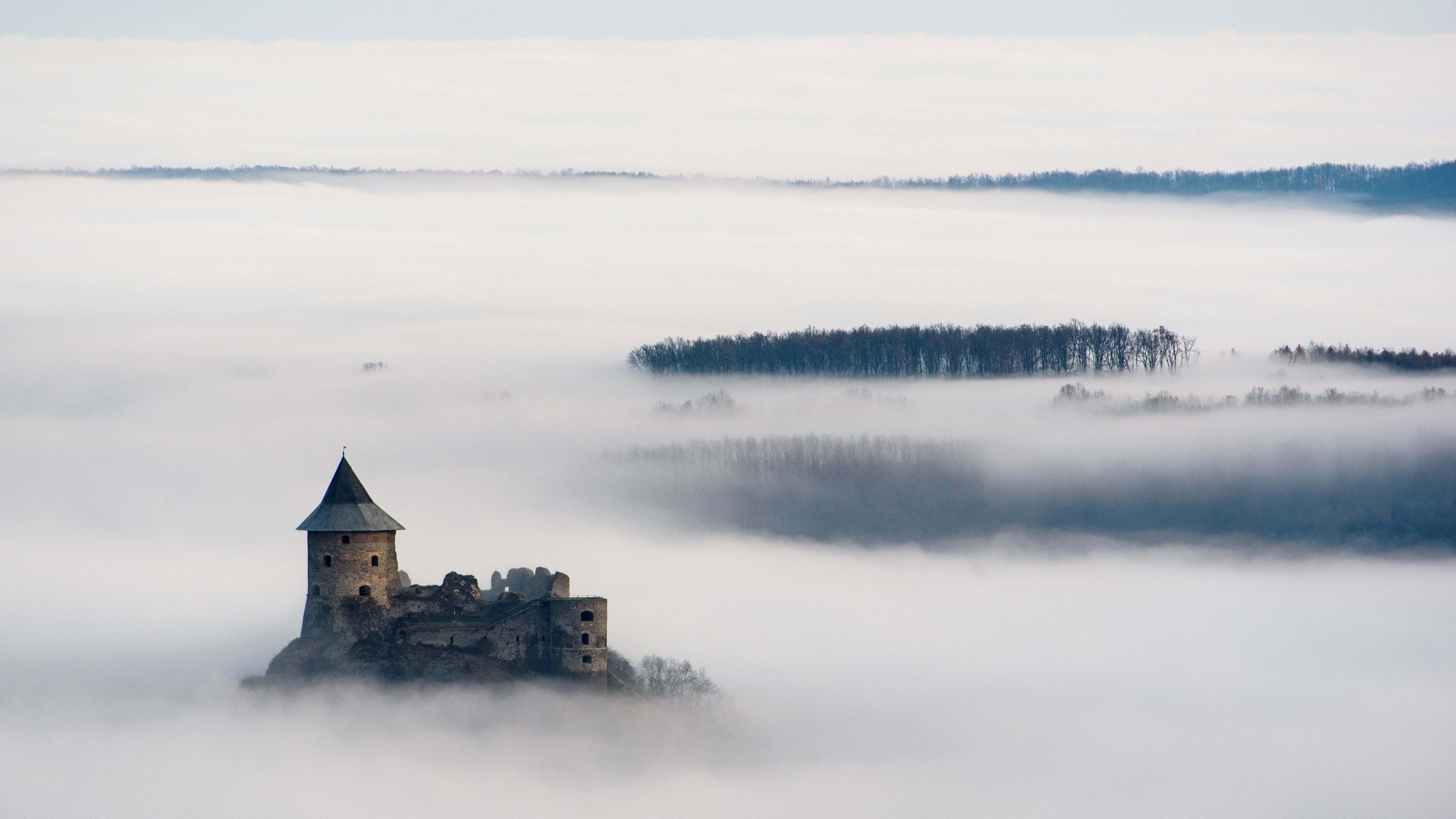 A somoskői vár látszik a reggeli köd felett Salgótarján közeléből fotózva 2020. november 24-én.