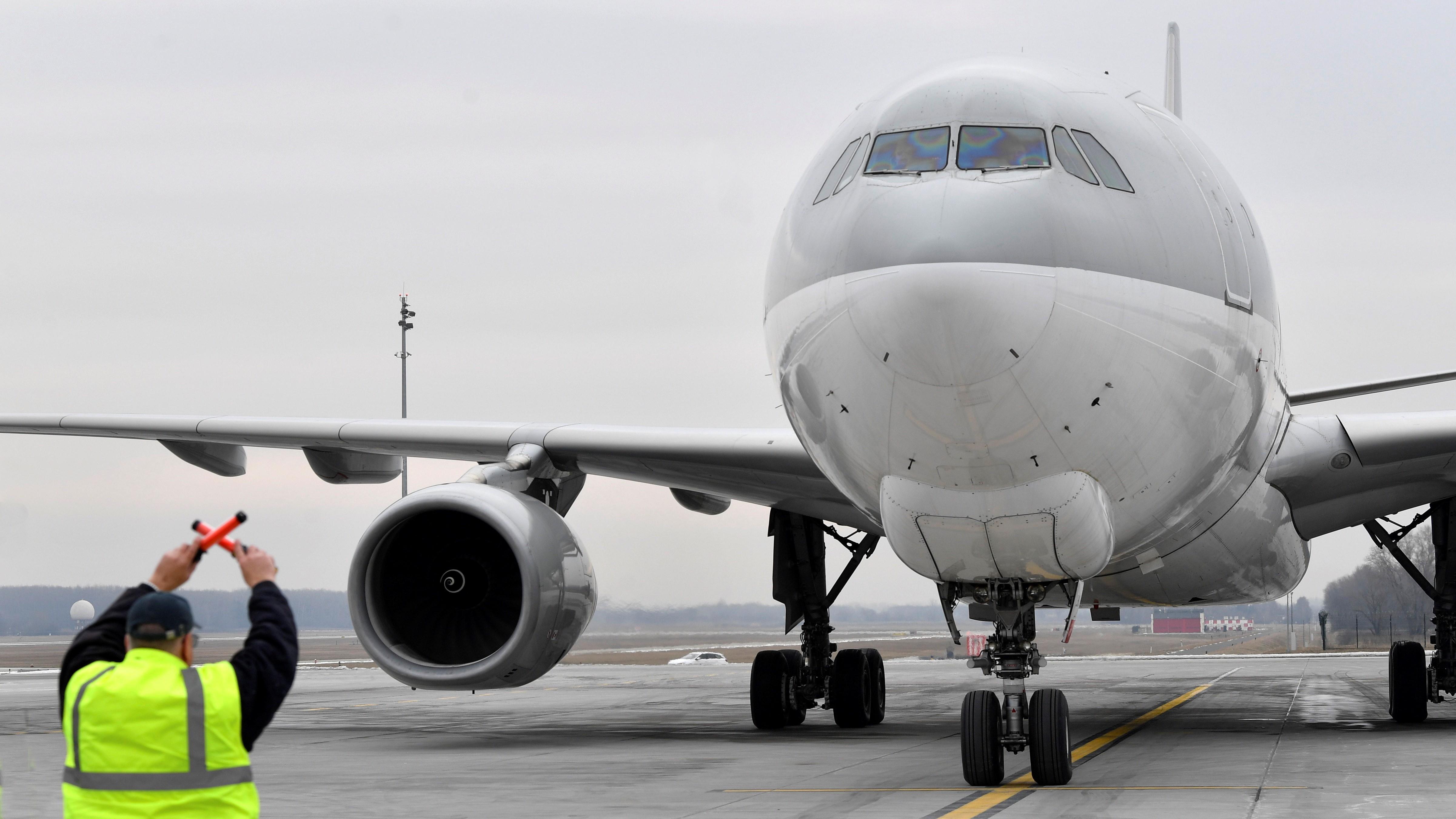 A Külgazdasági és Külügyminisztérium által vásárolt Airbus 330 típusú teherszállító repülőgép a kínai Sinopharm vakcina első szállítmányával a fedélzetén a Liszt Ferenc-repülőtéren 2021. február 16-án.