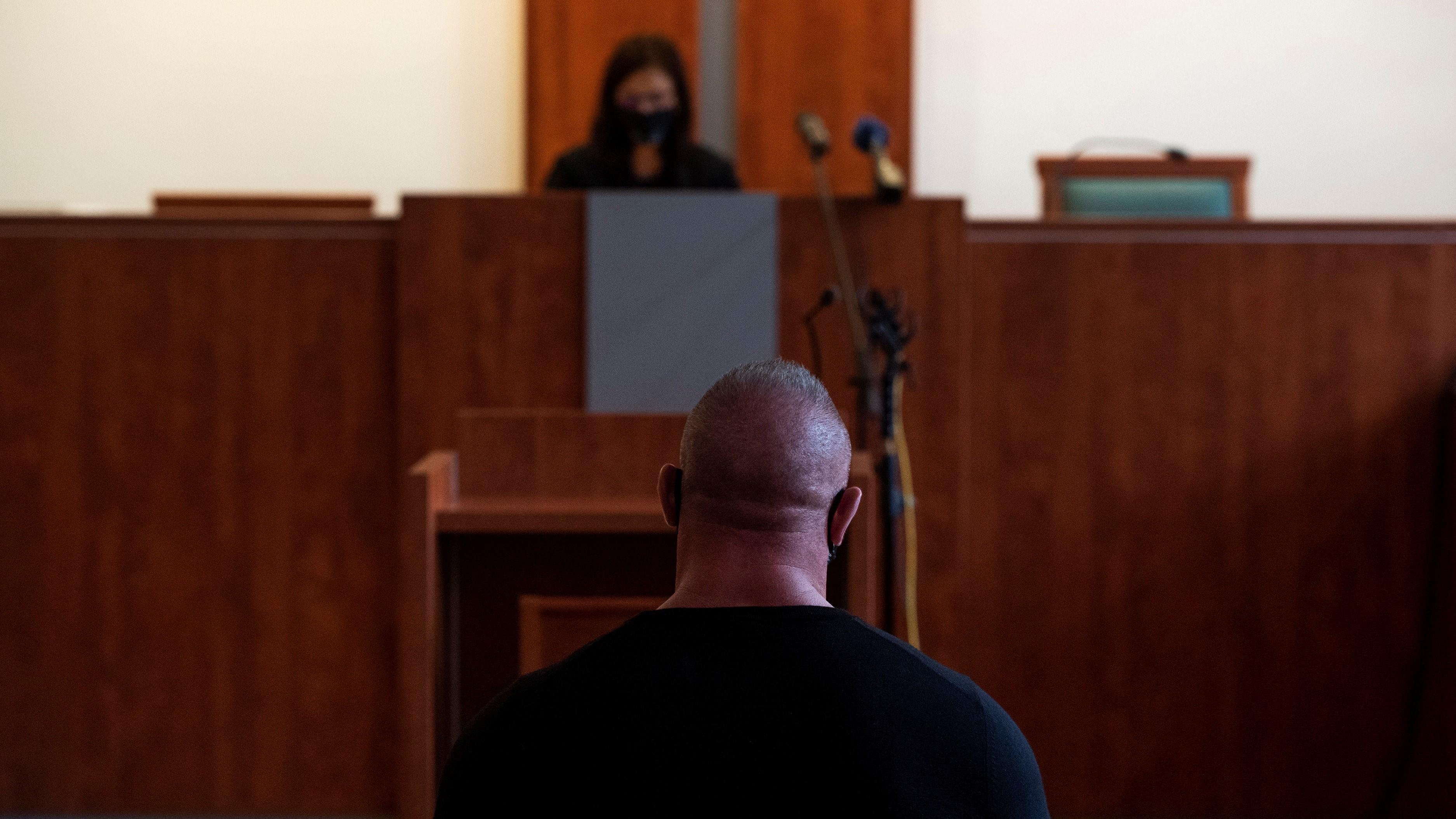 Varga Bea bírót hallgatja az elsőrendű vádlott M. Richárd az ellene és további két ember ellen a 2017 májusában a fővárosi Dózsa György úton történt halálos közúti baleset ügyében indított büntetőper tárgyalásán a Pesti Központi Kerületi Bíróságon 2020. szeptember 30-án. A bíróság négy év fogházra ítélte első fokon és véglegesen eltiltotta a járművezetéstől M. Richárdot halálos közúti baleset gondatlan okozása, valamint garázdaság és könnyű testi sértés miatt