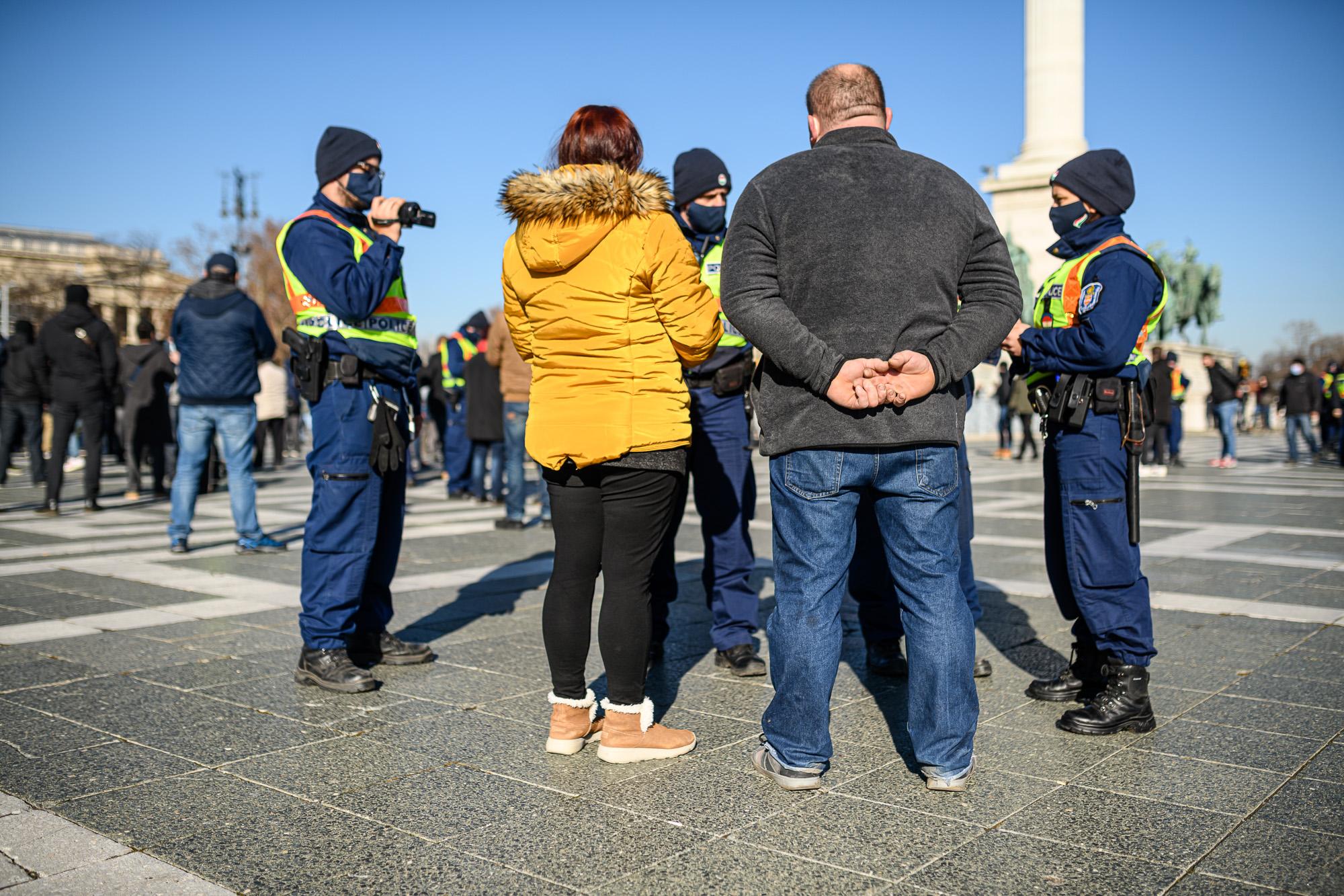 Tüntetés a lezárás ellen