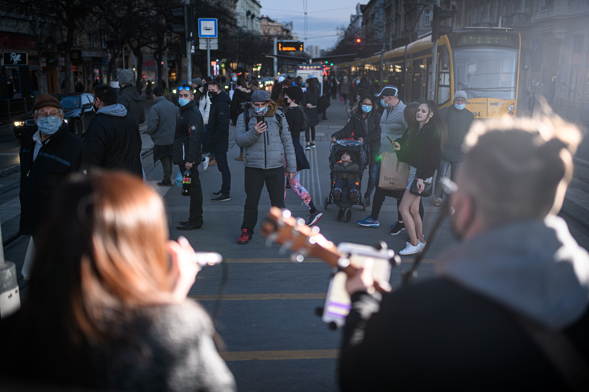 """""""Sosem azok dobnak pénzt, akikből kinéznénk, hogy van nekik"""" – interjú Budapest legcukibb utcazenész-párjával"""