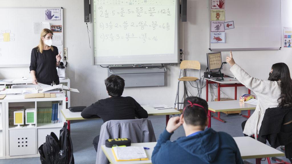Az osztálytermi jelenlét ösztönzi a csapatmunkát és az érdeklődést