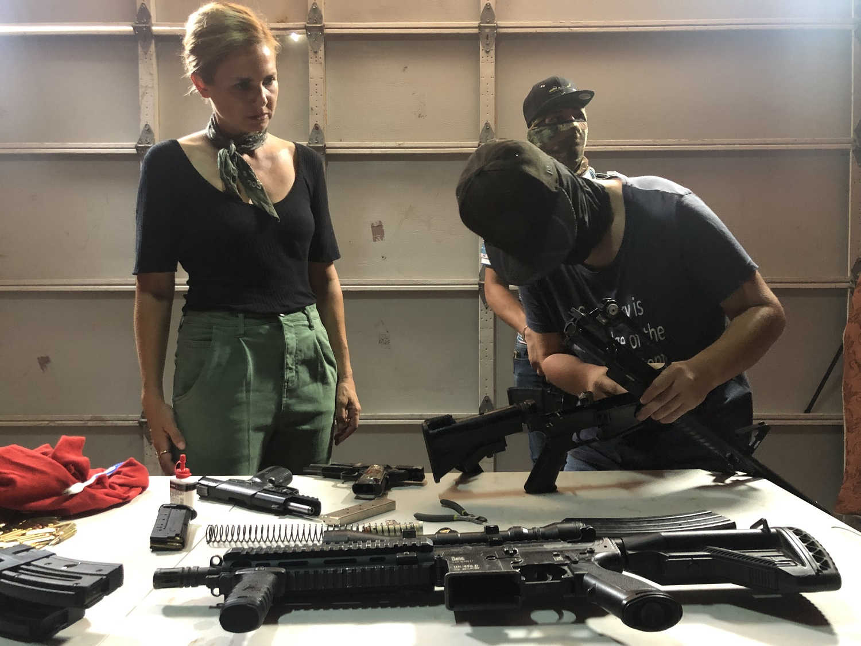 Mariana van Zeller fegyverkereskedőkkel beszélget Sinaolában (fotó: National Geographic)