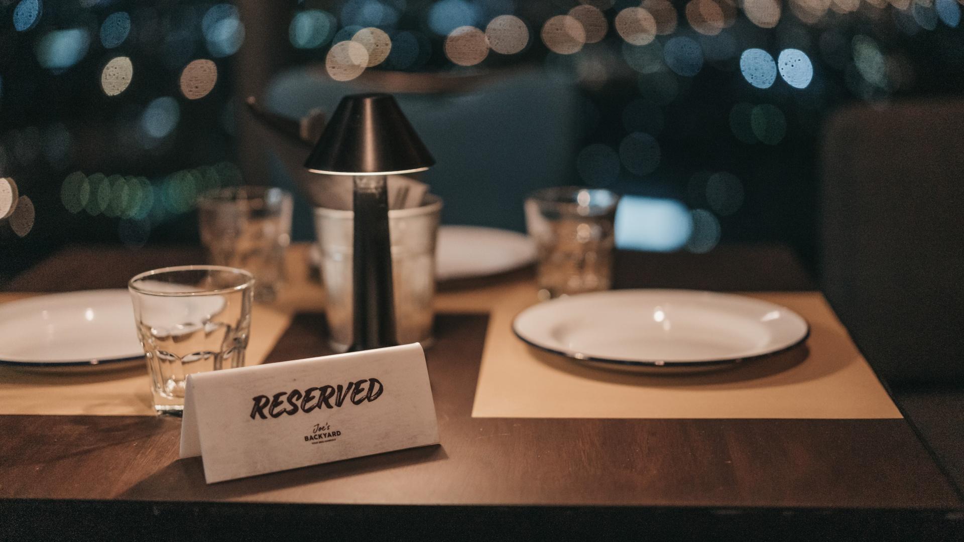 Foglalt tábla egy étterem asztalán