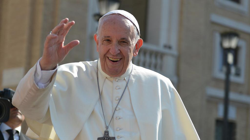 Ferenc pápa integet