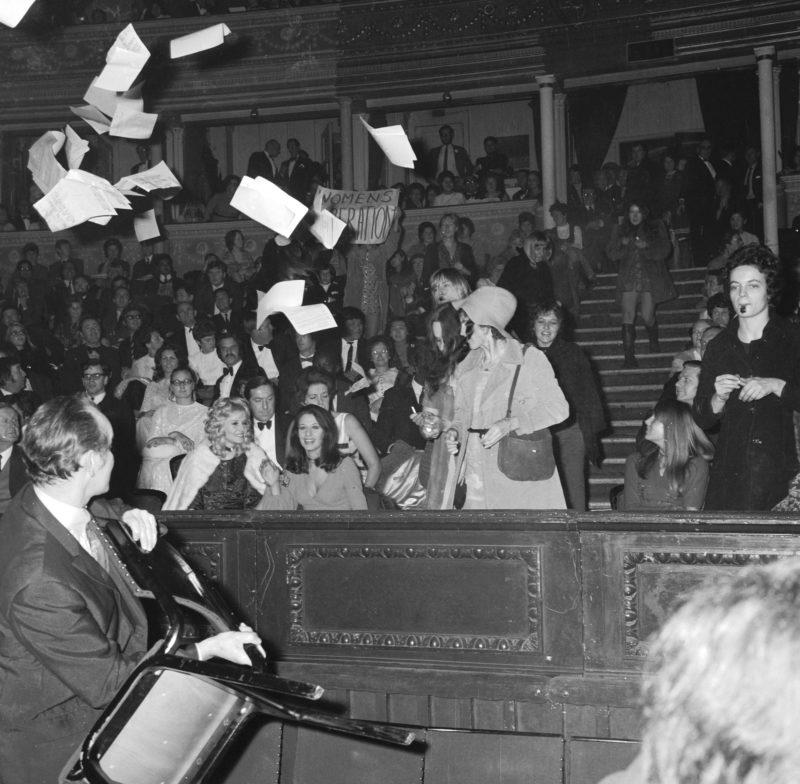 A hallgatóság egy része már nem bírta Bob Hope szexista vicceit