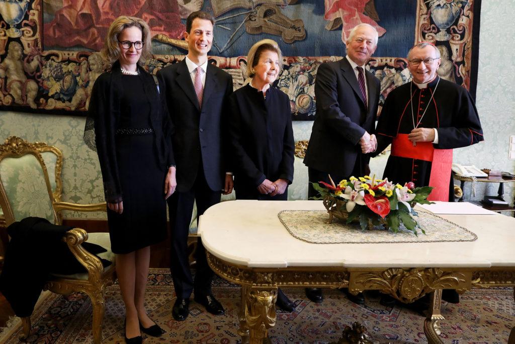 Pietro Parolin vatikáni államtitkár fogadja II. János Ádám liechtensteini herceget és feleségét Marie hercegnőt, valamint Alajos liechtensteini trónörököst és feleségét Sophiet, Liechtenstein örökös hercegnőjét (Fotó: Franco Origlia/Getty Images)