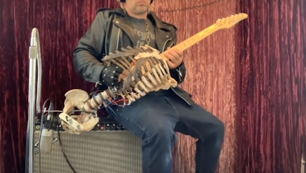 A nagybátyjából készített gitárt