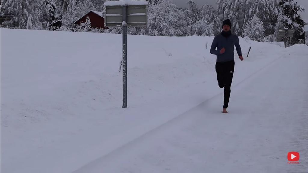 Megdöntötte a mezítlábas hóban futás rekordját