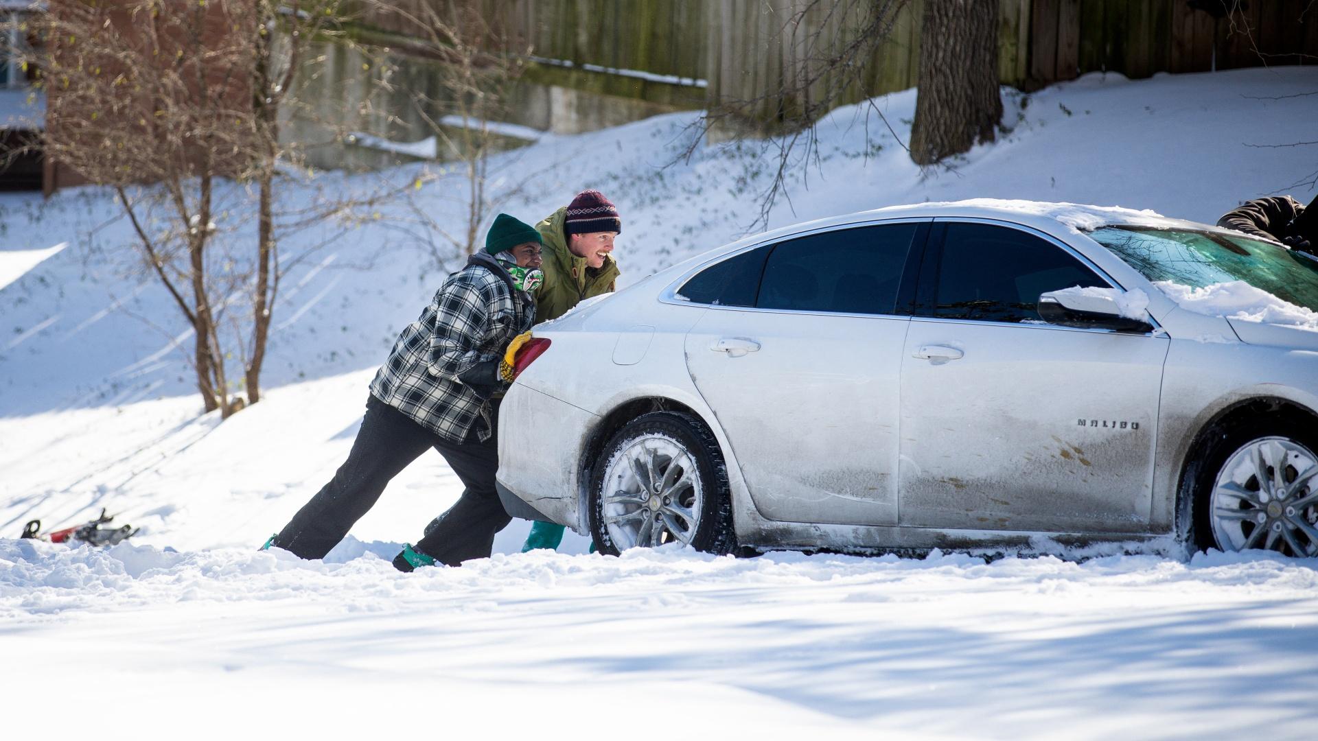 Hóban ragadt autót tolnak az emberek Texasban