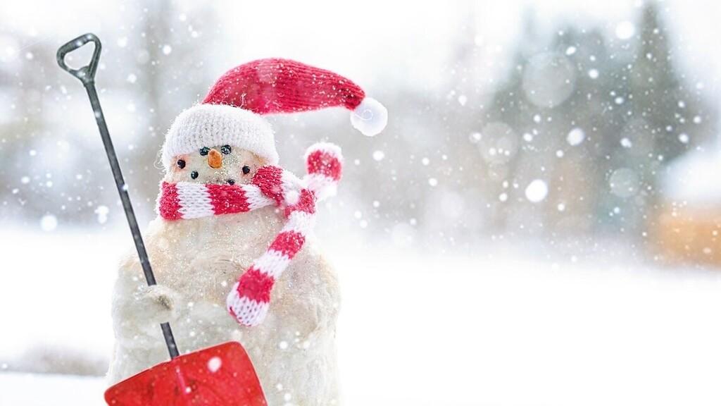 Majdnem 3 méteres hóembert épített egy férfi