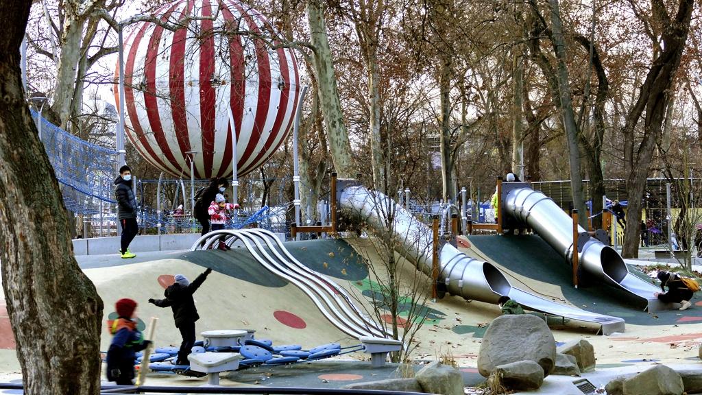 Egy óriási hőlégballon miatt kell kivágni a városligeti fákat?