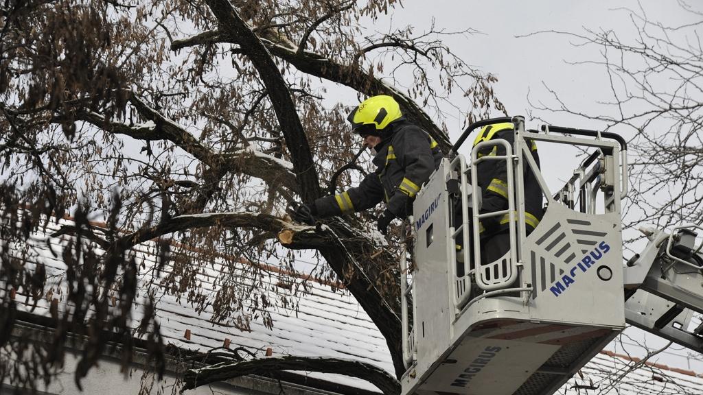 Több mint 200 helyre riasztották ma a tűzoltókat
