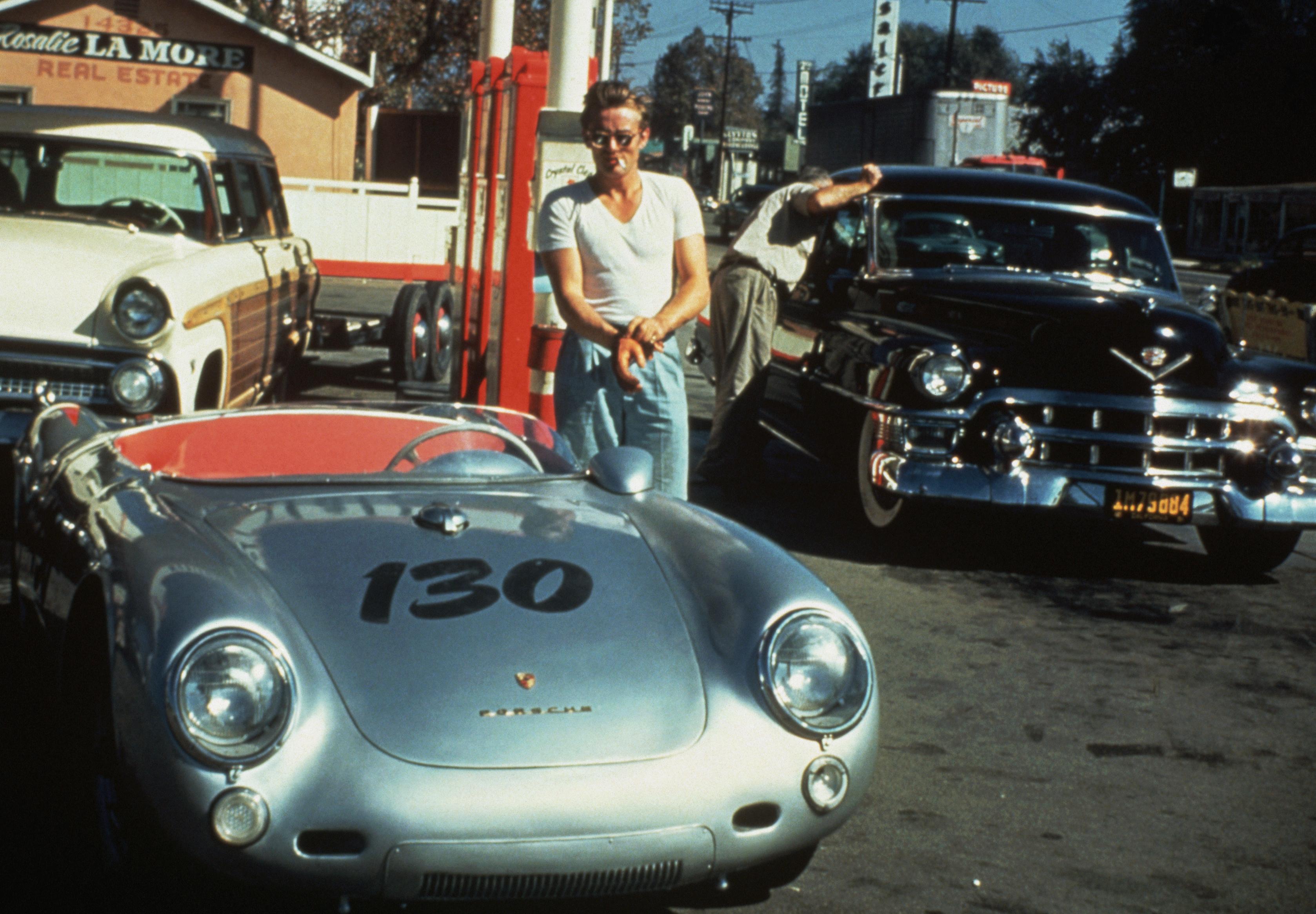 James Dean a Porschéja mellett, alig néhány órával a halálos autóbalesete előtt (fotó: gettyimages)