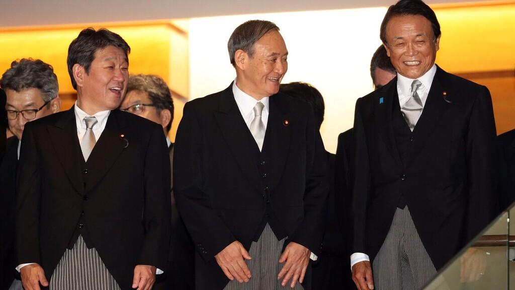 Szuga Josihide új japán miniszterelnök (k) Motegi Tosimicu külügyminiszterrel (b) és egyik helyettesével, Aszo Taro pénzügyminiszterrel (j) a kormányáról készítendő csoportkép helyszínére megy a tokiói kormányfői rezidencián a megválasztása után, 2020. szeptember 16-án.MTI/EPA/Gamma-Rapho pool/Cuno Josikadzu