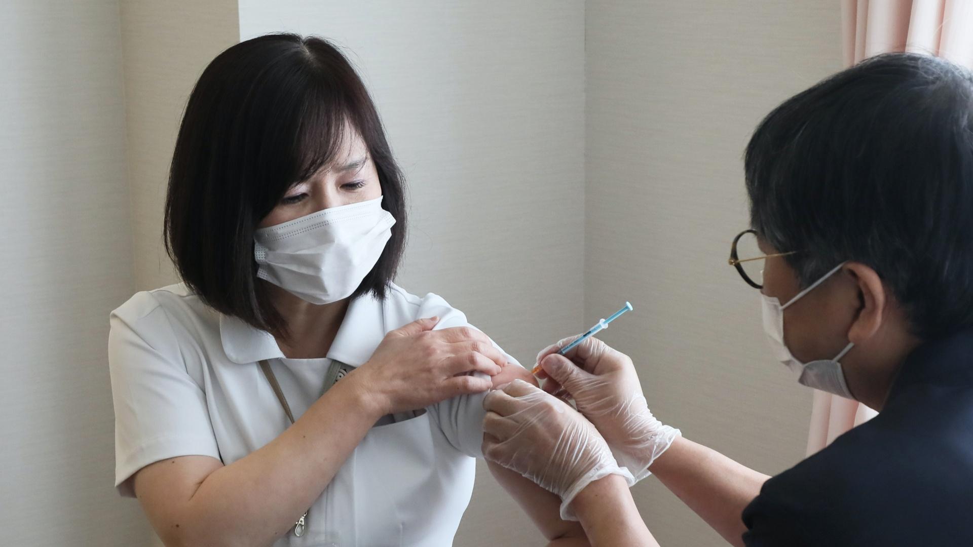 Koronavírus-védőoltás beadása Japánban