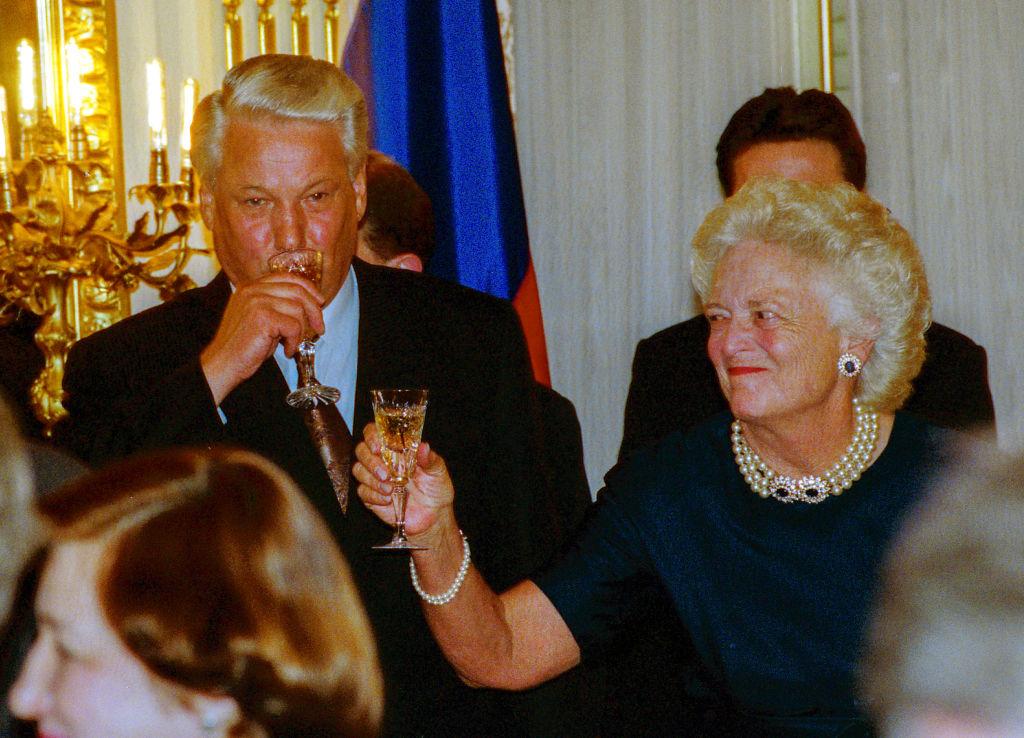 Jelcin Barbara Bush-sal iszogat 1992-ben (fotó: Mark Reinstein/Corbis via Getty Images)