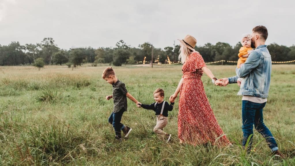 boldog család mezőn három gyerekkel