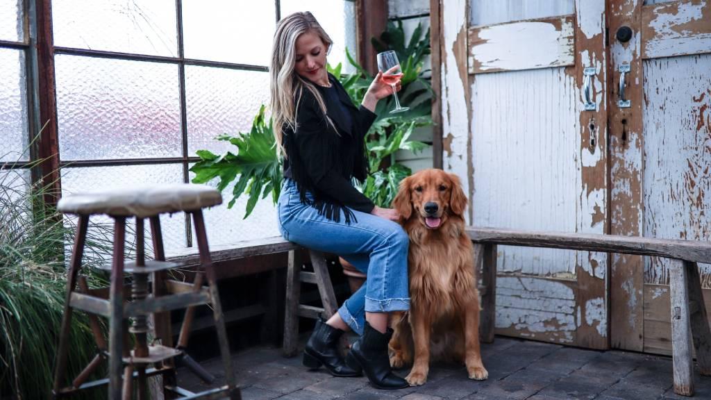 nő kutyával és borral
