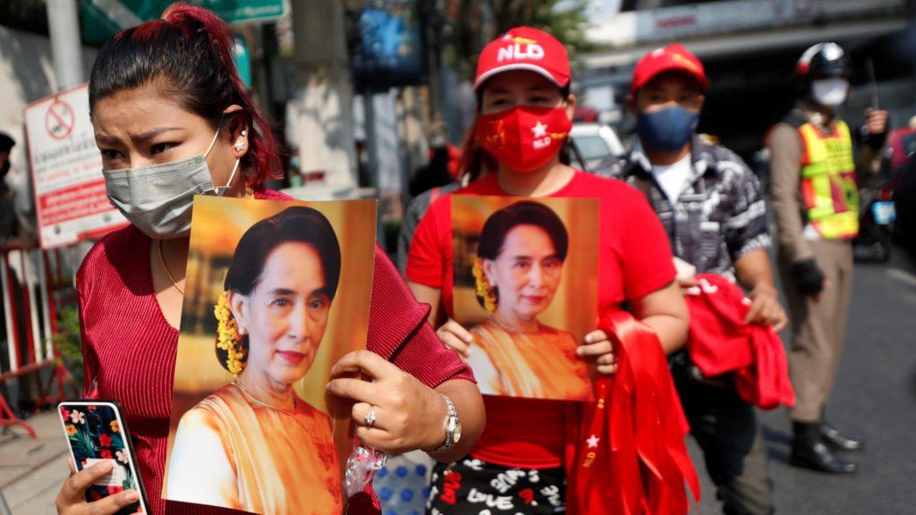 Thaiföldön élõ mianmariak Aung Szan Szú Kji mianmari államtanácsos fényképét tartják kezükben a mianmari puccs elleni tiltakozáson Bangkokban 2021. február 1-jén. Ezen a napon a mianmari hadsereg egy éven át tartó szükségállapotot hirdetett azután, hogy több társával együtt őrizetbe vette az államtanácsost. A mianmari fegyveres erők tulajdonában lévő Mijavadi televíziós csatorna bejelentette, hogy a hatalmat erre az időre Min Aung Hlaing, a hadsereg főparancsnoka veszi át.