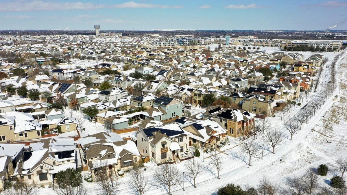 Hó borítja a Texas állambeli Austin egyik városrészét 2021. február 15-én.