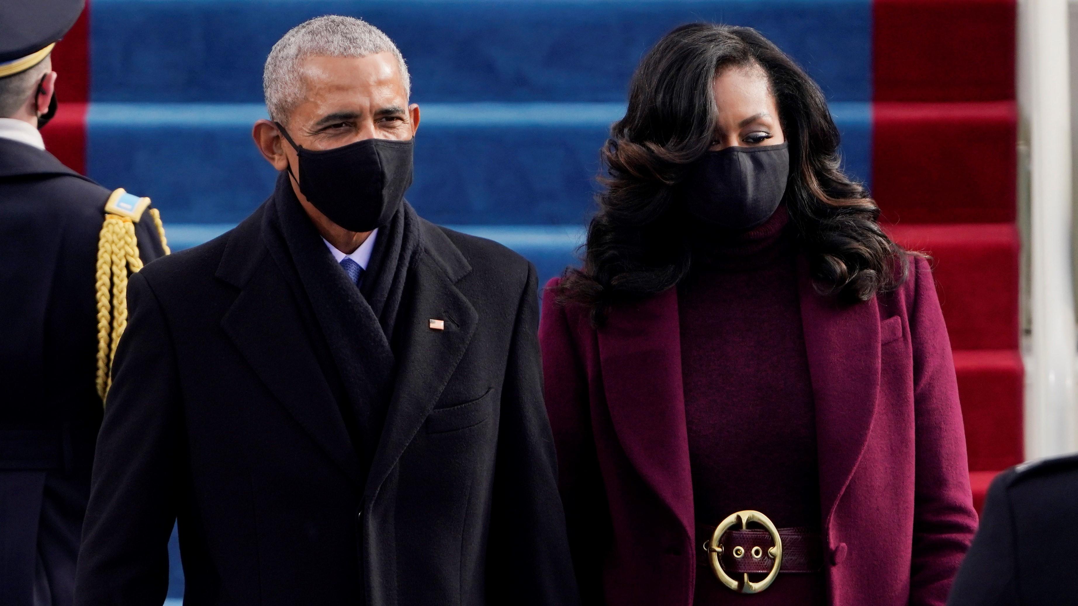 Barack Obama korábbi amerikai elnök és felesége, Michelle Obama Joe Biden megválasztott amerikai elnök beiktatási ünnepségére érkezik a washingtoni Capitoliumhoz 2021. január 20-án.