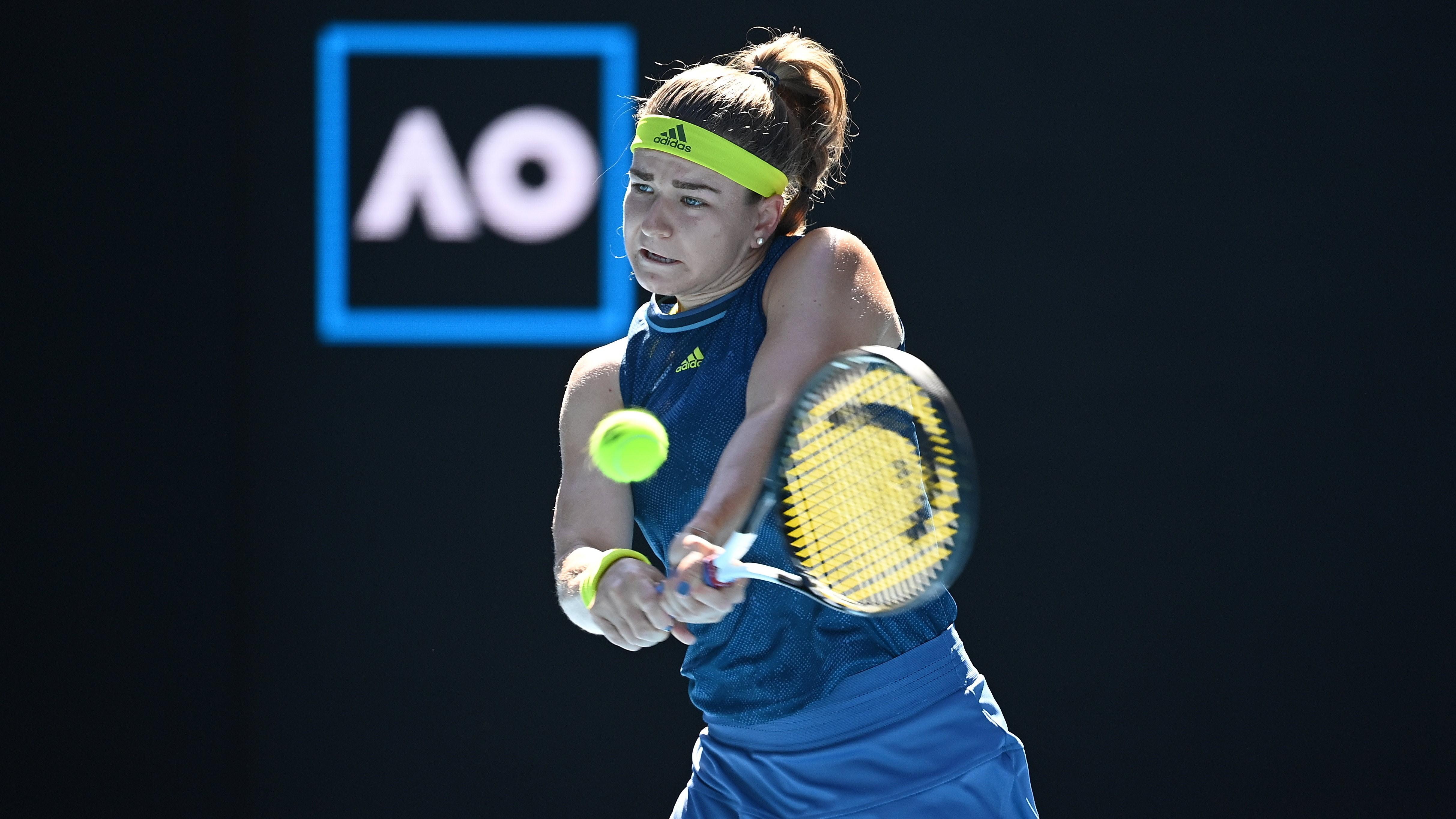 A cseh Karolina Muchova az amerikai Jennifer Brady ellen játszik az ausztrál nemzetközi teniszbajnokság női egyesének elődöntőjében Melbourne-ben 2021. február 18-án.