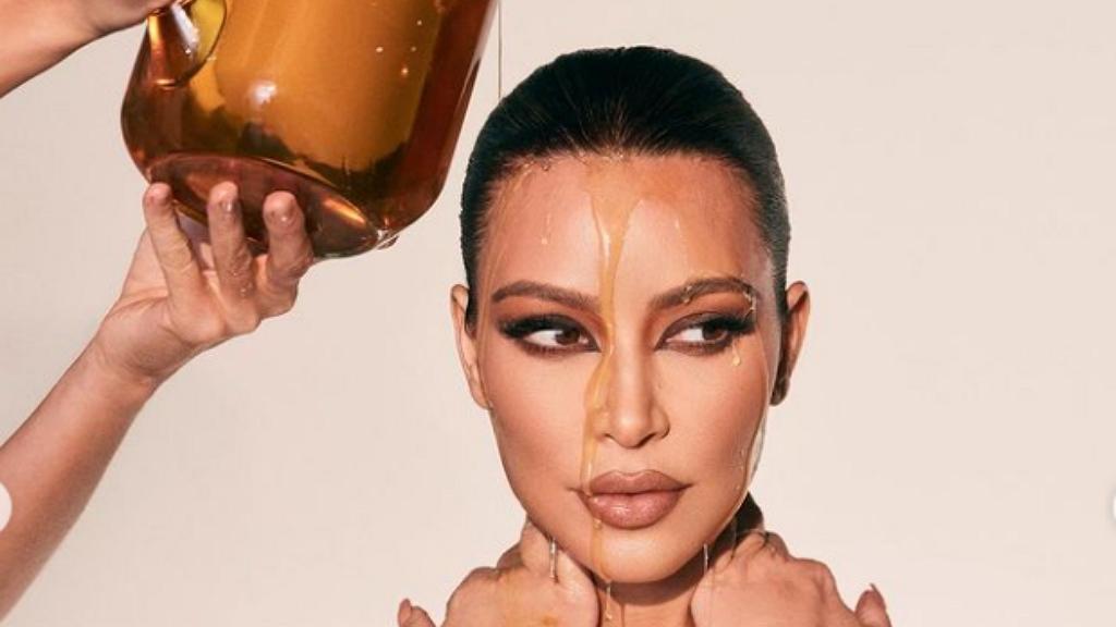 Kim Kardashian mézes feje