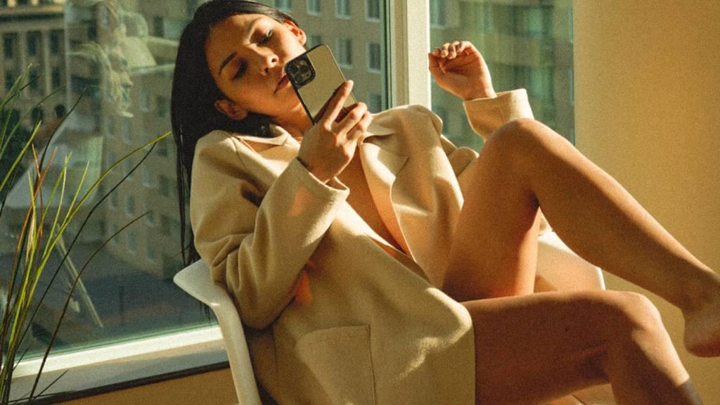 szexi telefonáló nő blézerben
