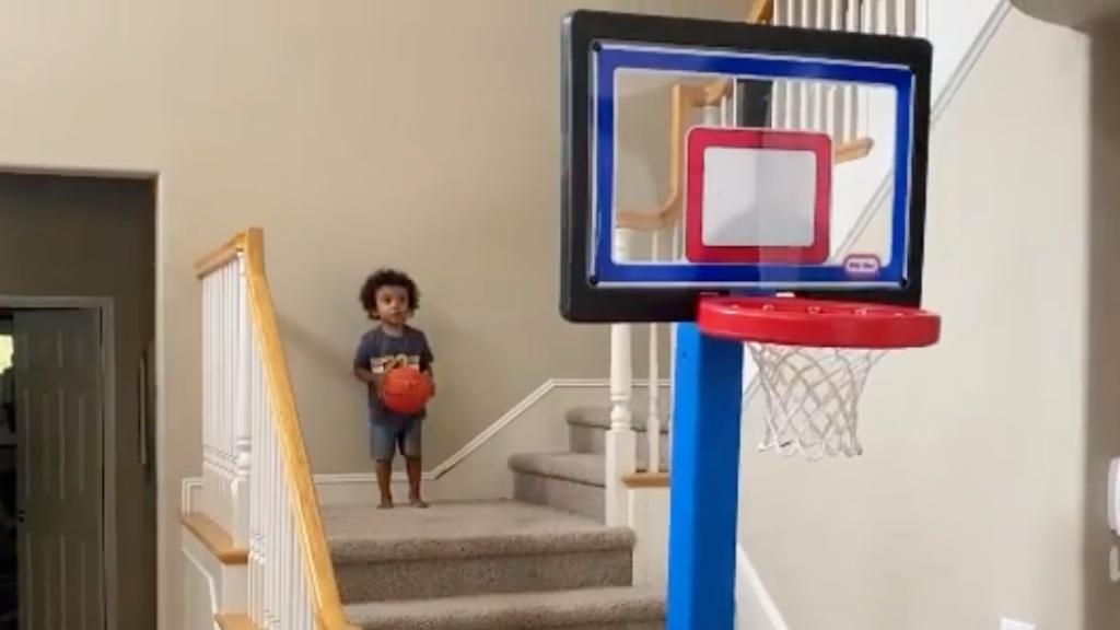 Kosárlabdázó 3 éves kisfiú