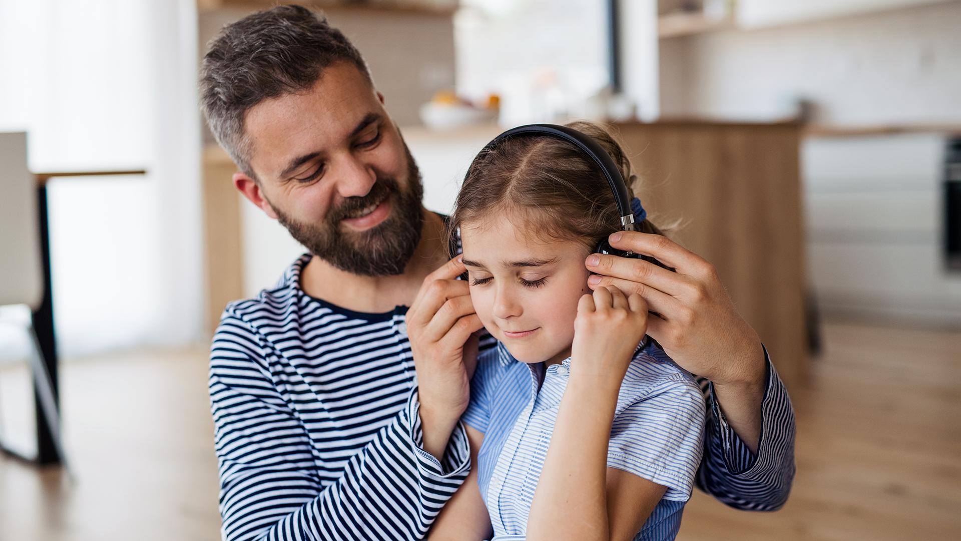 Egy 3 éves kislány és az apukája összerakták az év bulialbumát
