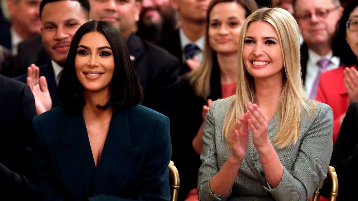 Ivanka Trump és Kim Kardashian West Donald Trump beszédét hallgatja 2019 nyarán.