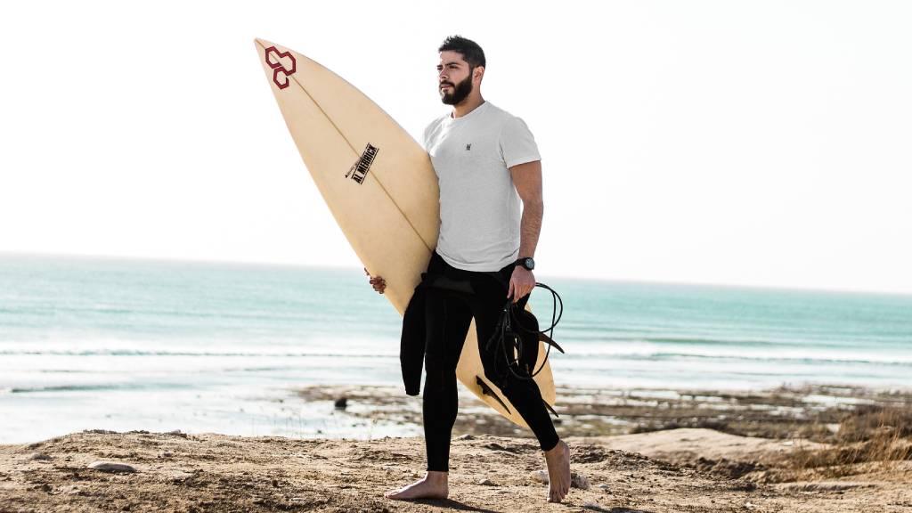szörfös férfi tengerparton