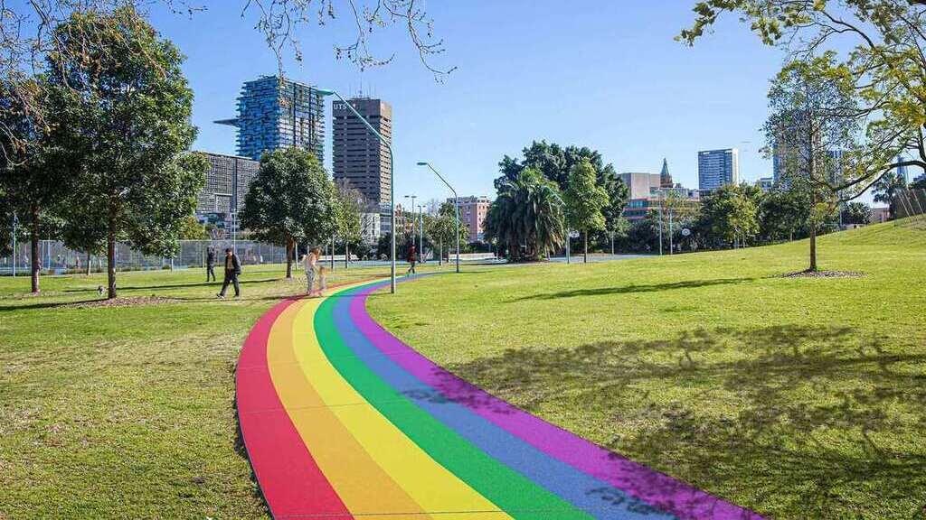 A parkon át vezető szivárványos útra kocsival behajtani tilos (Fotó: City of Sydney)